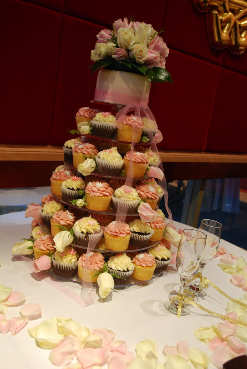 One option is to serve one small gluten free cake and various regular cupcakes.