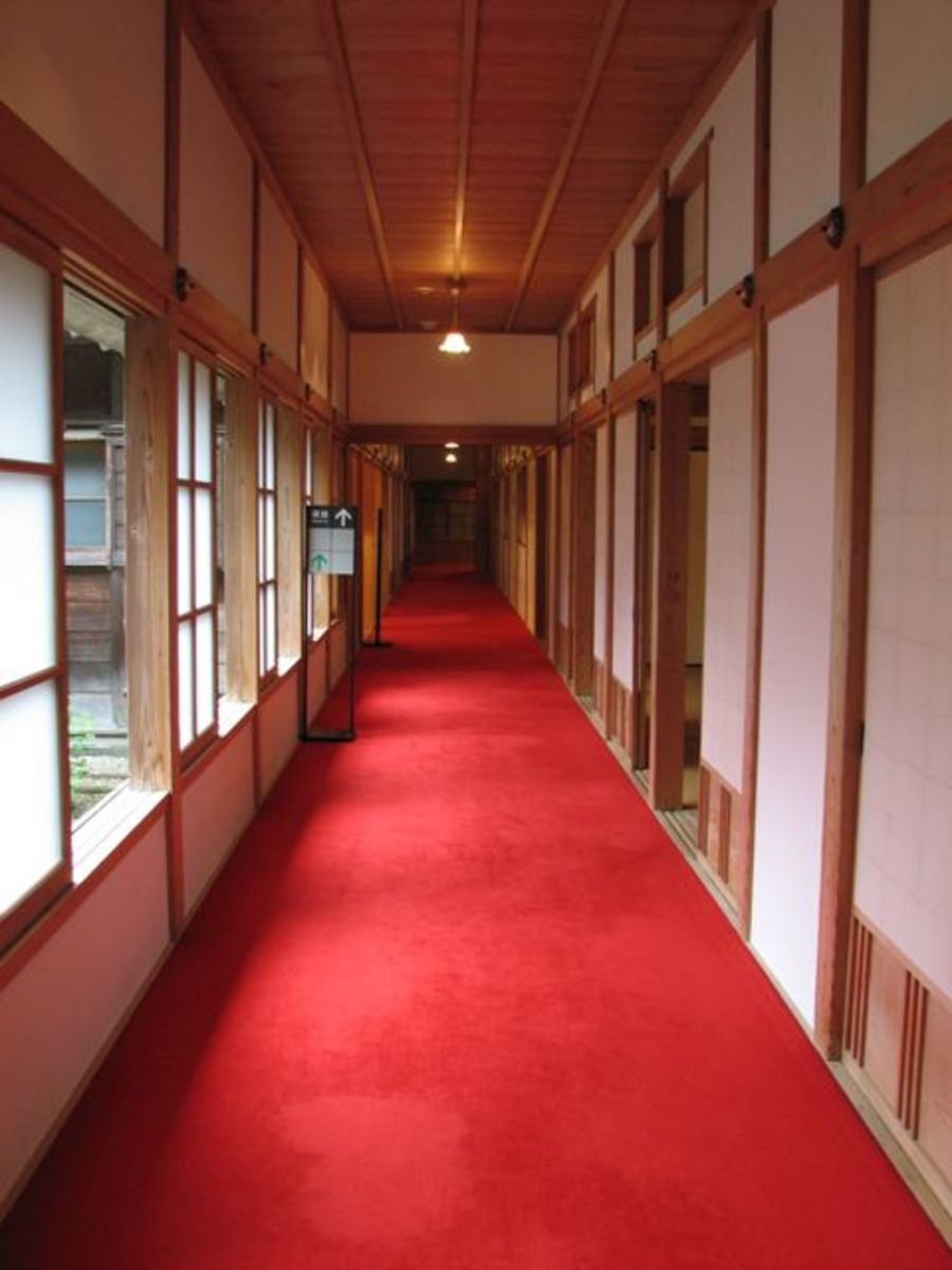 A carpeted hallway in Tamozawa villa.