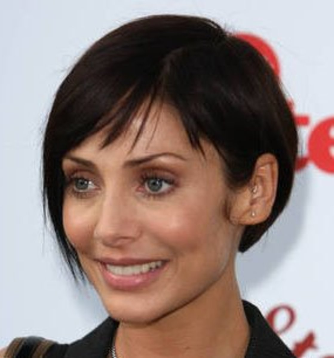 Short layered hairstyle with side fringe.