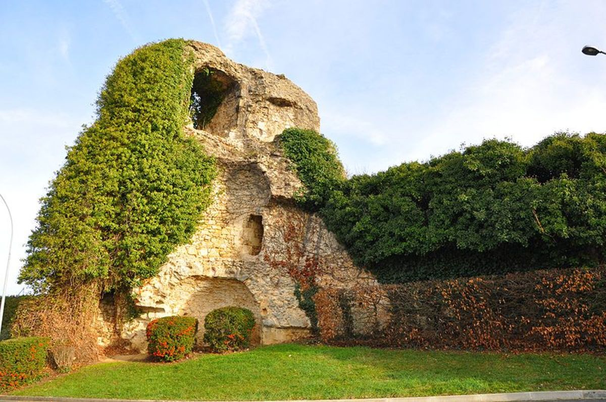 What is left of one of the towers of the Argenton's medieval fortress