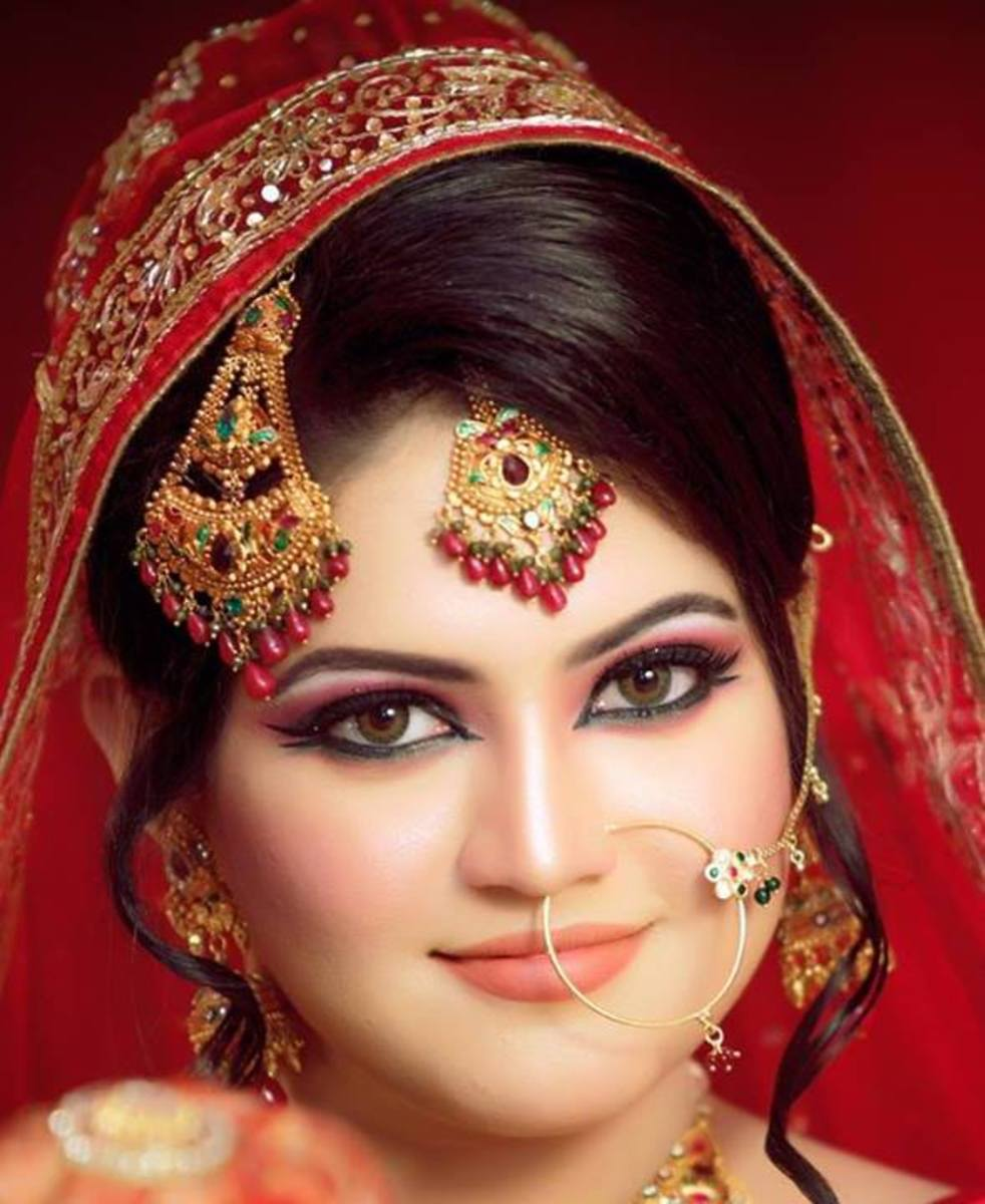 A pretty South Asian bride in red.