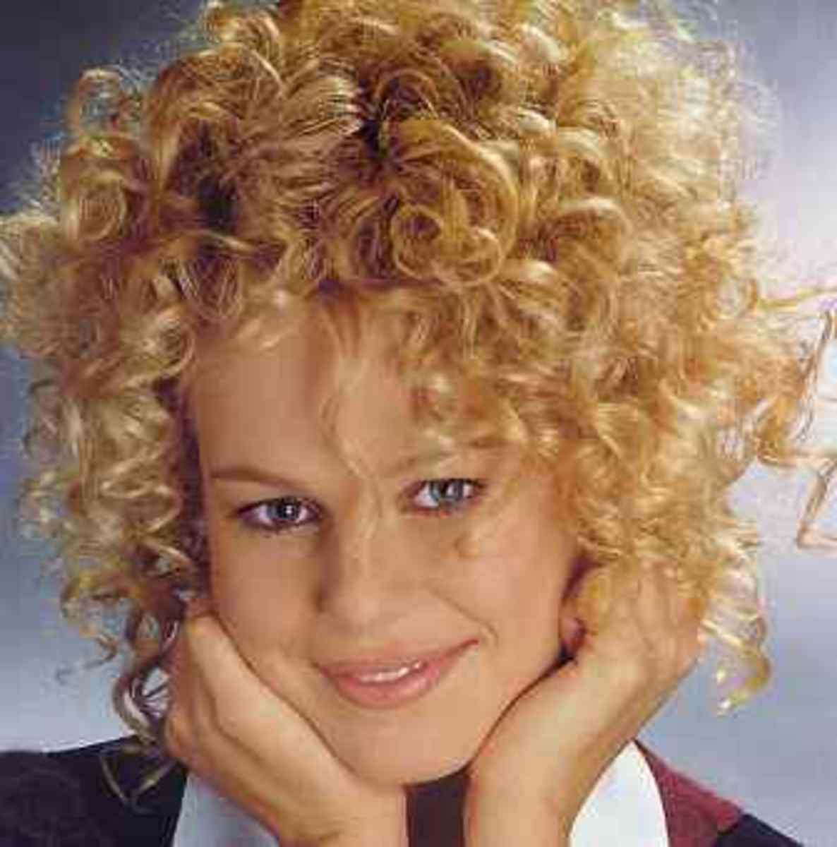 """Orphan Annie"" cute, short, and curly hairstyle"