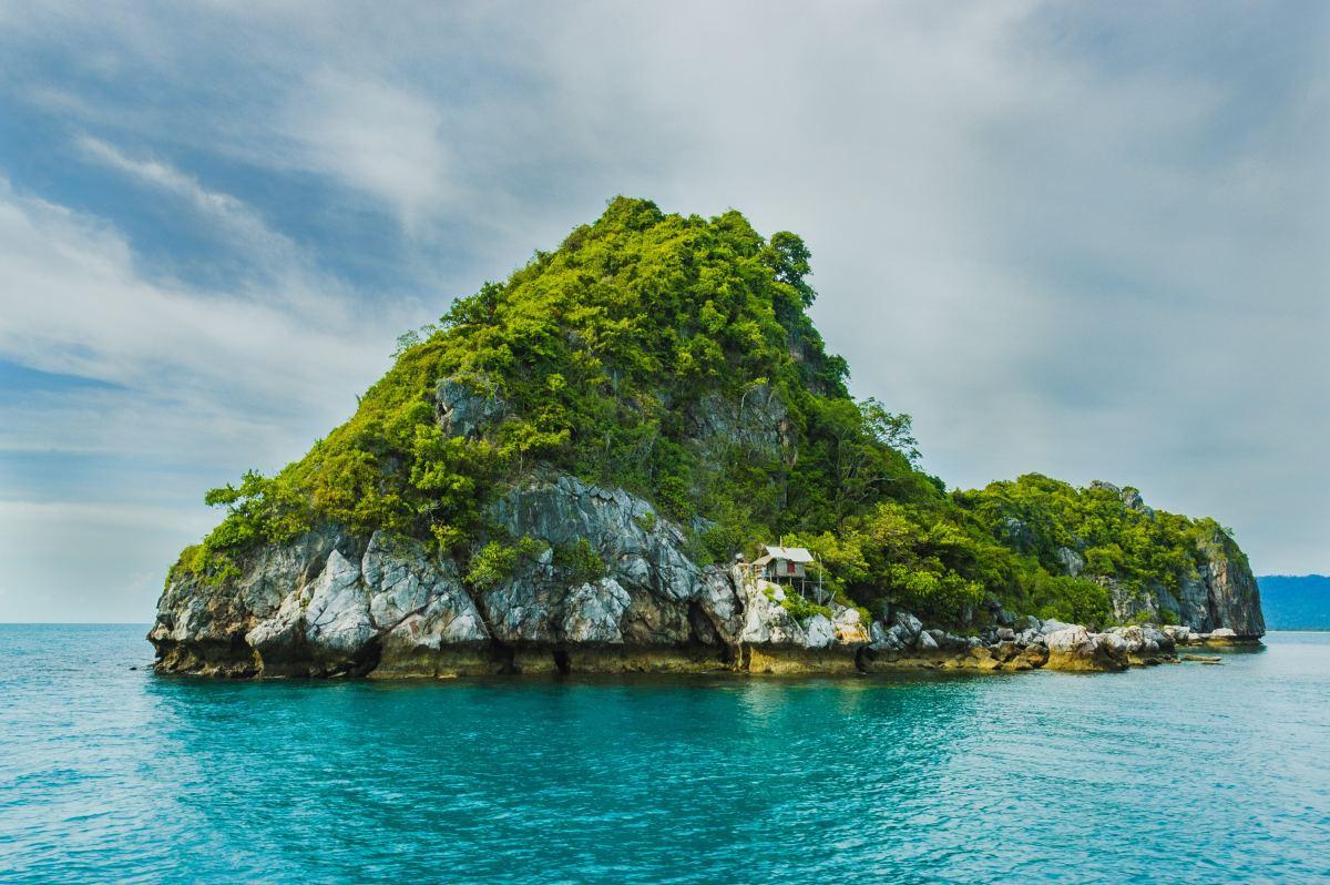 Sometimes shy people feel like an island in an ocean