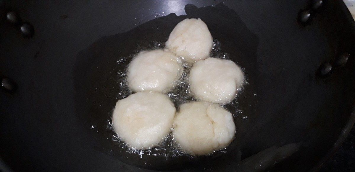 Frying the vadas in the pan