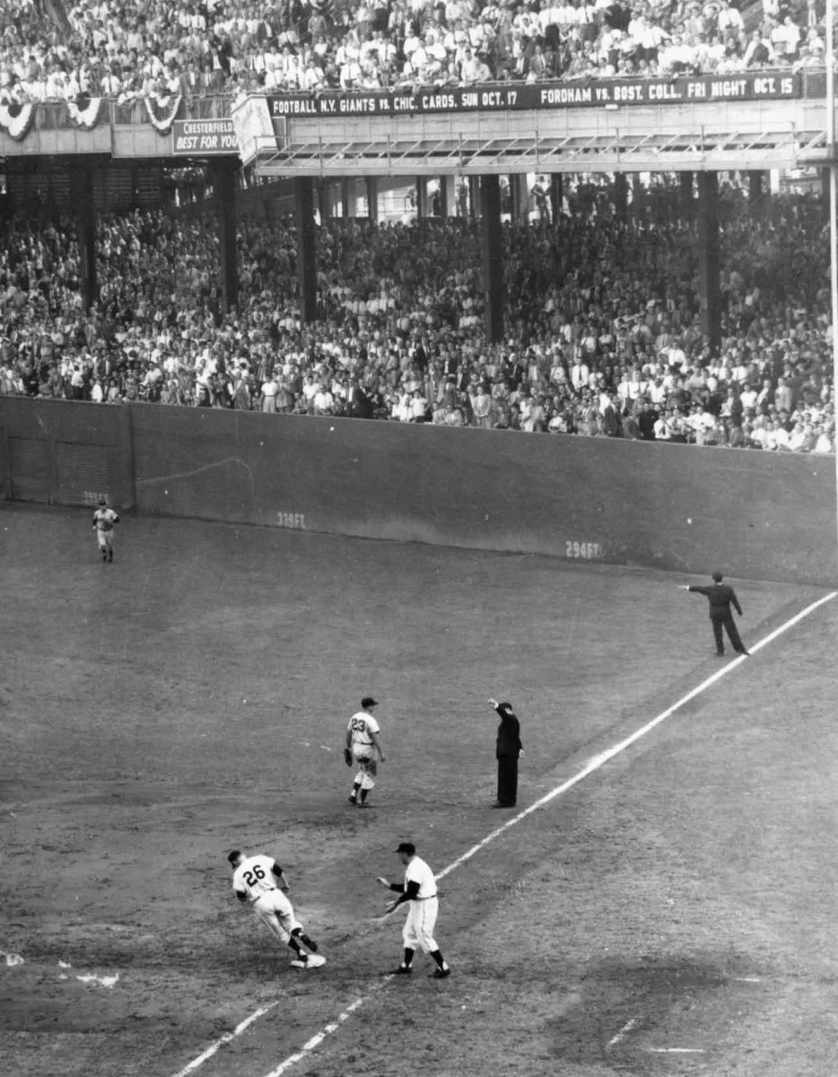 Dusty Rhodes, who was the MVP of the 1954 World Series, rounds the bases after hitting a home run for the Giants, who defeated the Indians 4–0 in that Fall Classic.