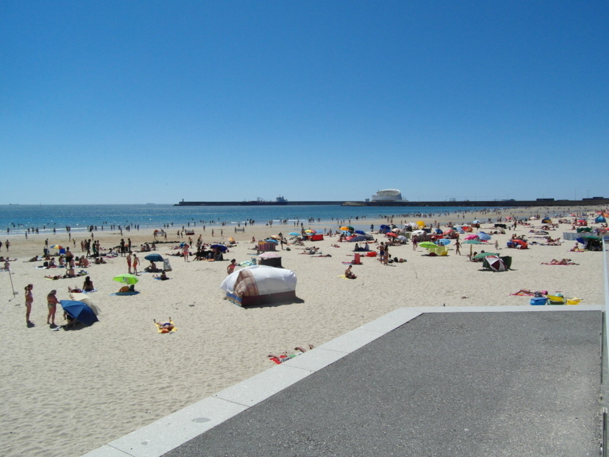 Praia da Matosinhos on a weekend in early July.
