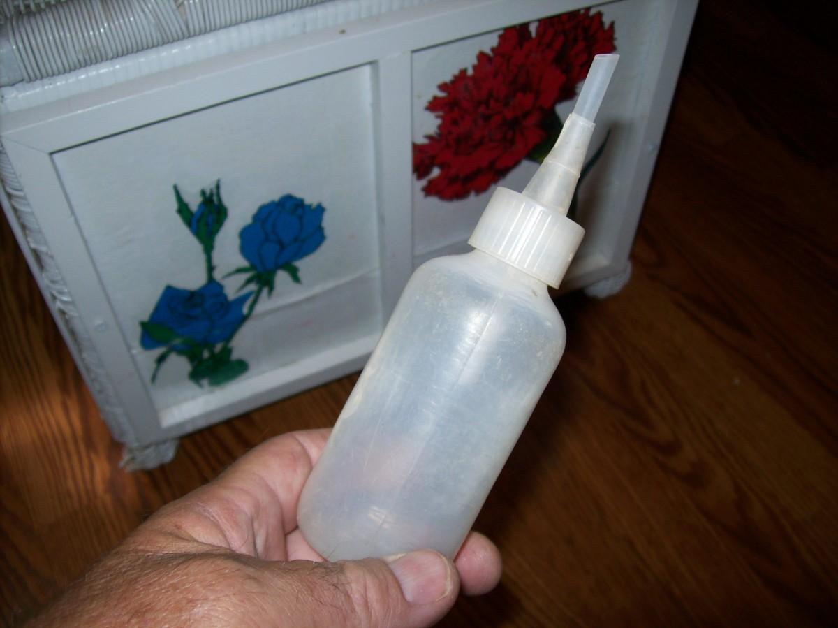 A snuffer bottle
