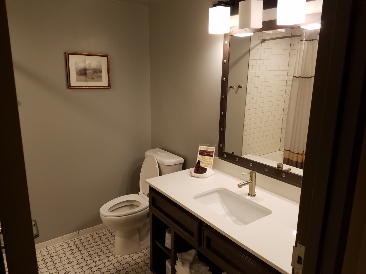 Grand Canyon Railway Hotel bathroom.