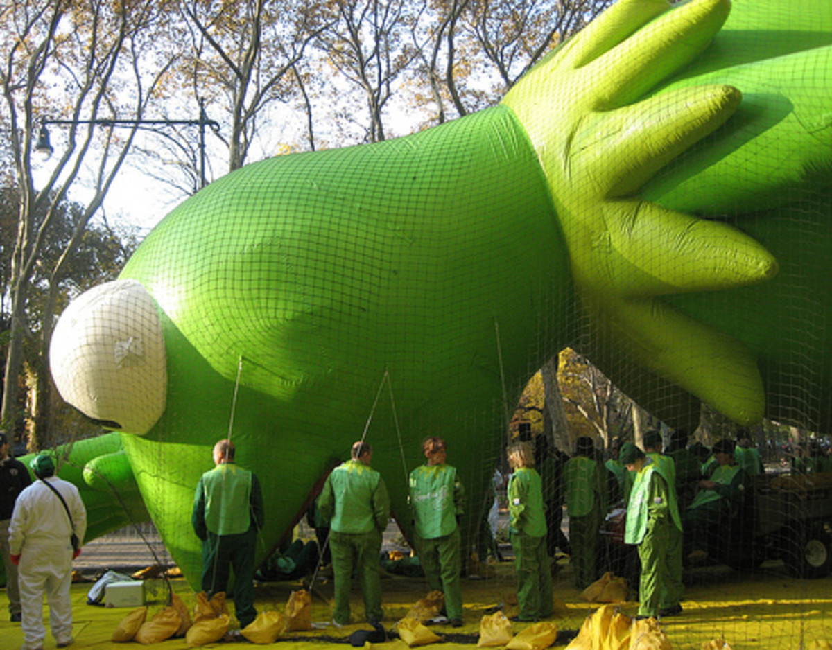 Setting up Kermit helium Macy's Thanksgiving parade balloon