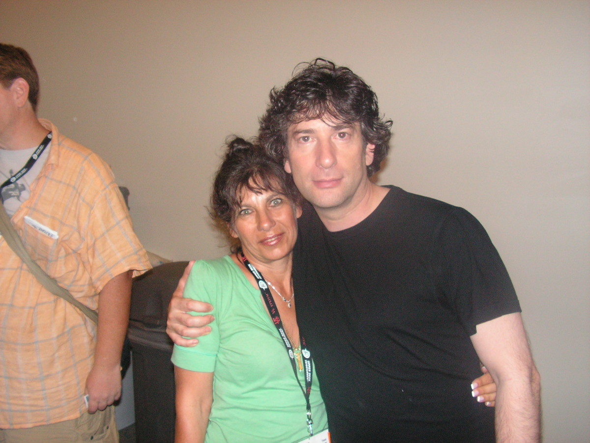 Really shitty picture of me and Neil Gaiman. But I am weaing green and an orangy/peachy lipstic.