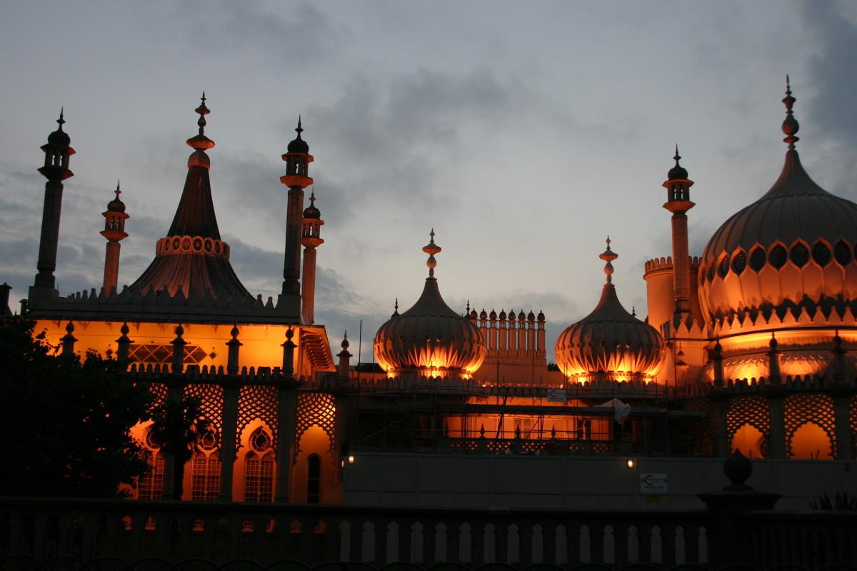 Night photo of Royal Pavilion in Brighton, UK.