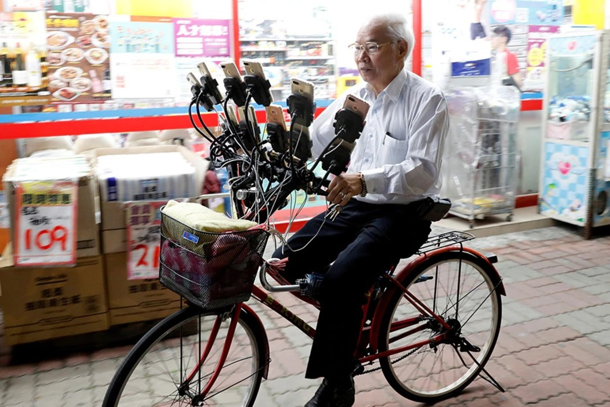Just like Pokémon, the bike of Chen San-yuan evolves. His bike now holds 64 smartphones, each one trying to catch em all.