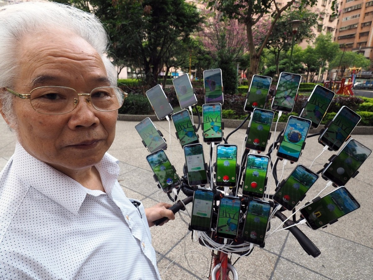 "Chen San-yuan, a.k.a. the Taiwanese ""Pokémon GO grandpa,"" catches 'mons with several smartphones."