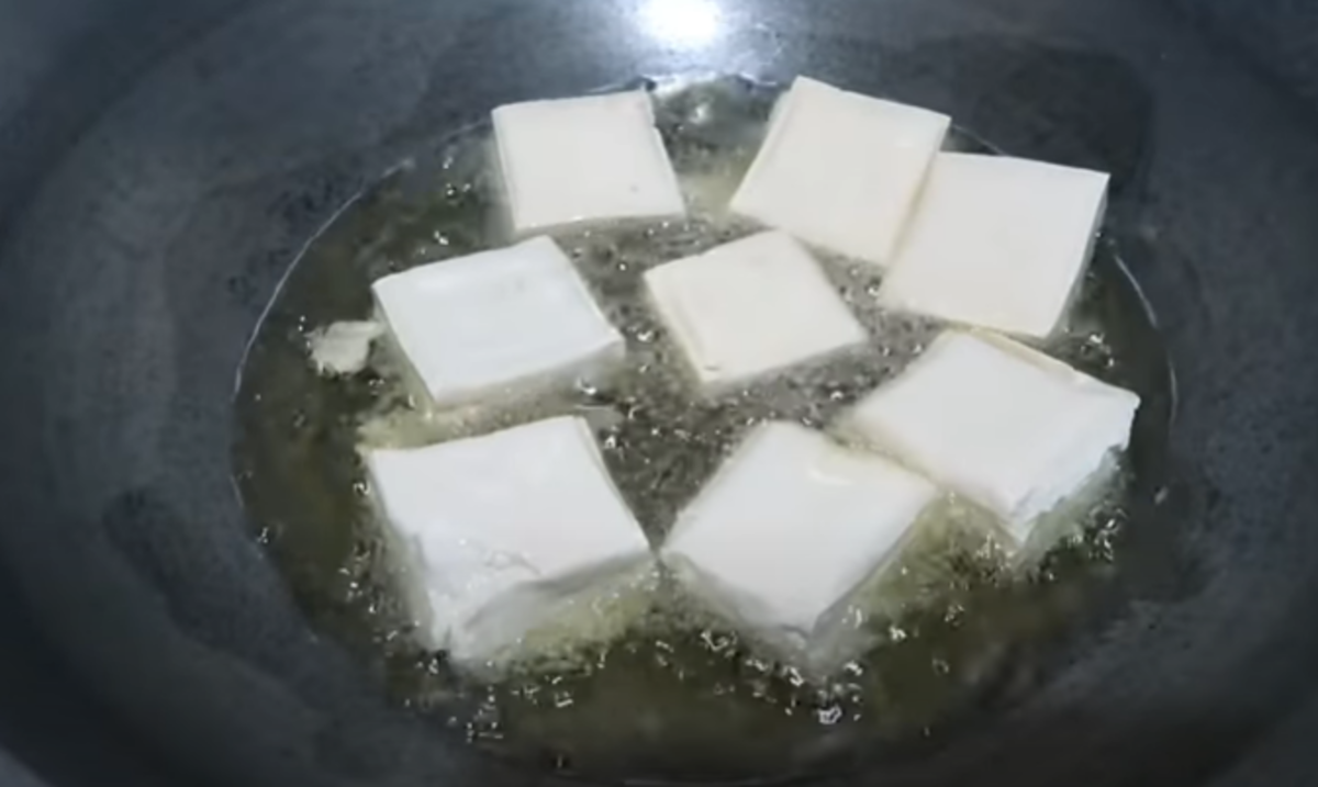 Prepare to deep fry the cubes in a hot oil. Enough to crisp the fresh tofu.
