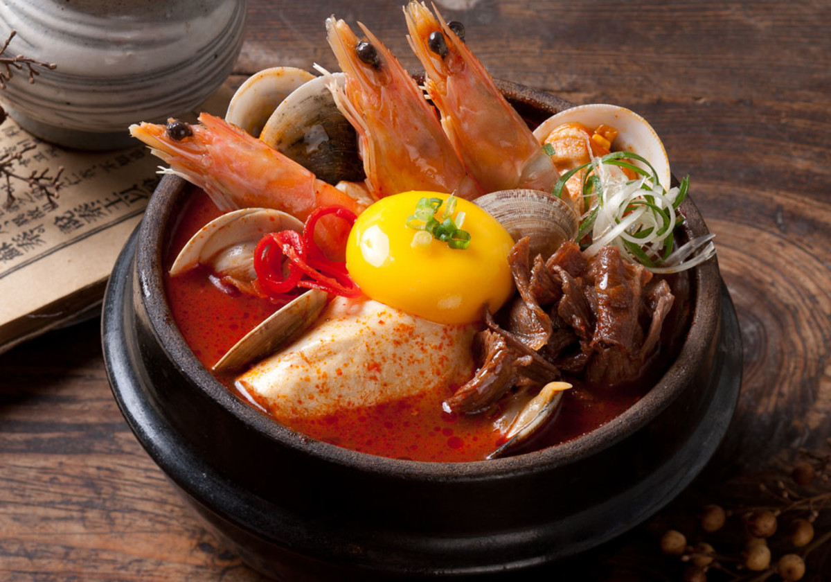 Luxury tofu soup with a variety of seafood