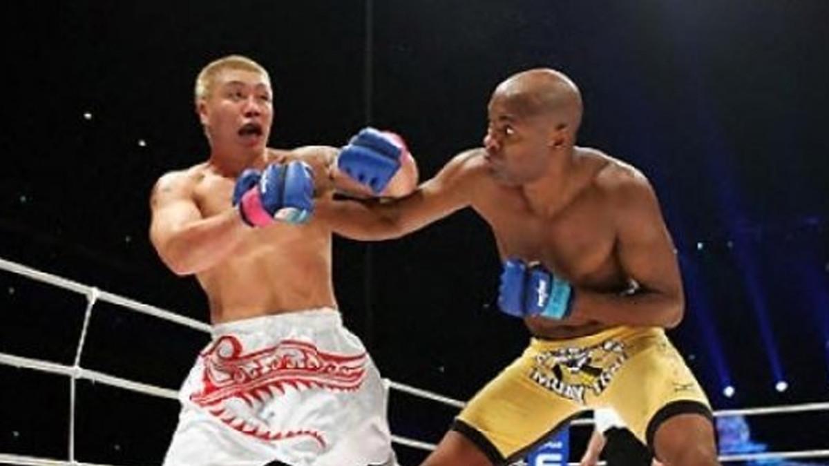 Anderson Silva fighting Ryo Chonan at PRIDE- Shockwave 2004