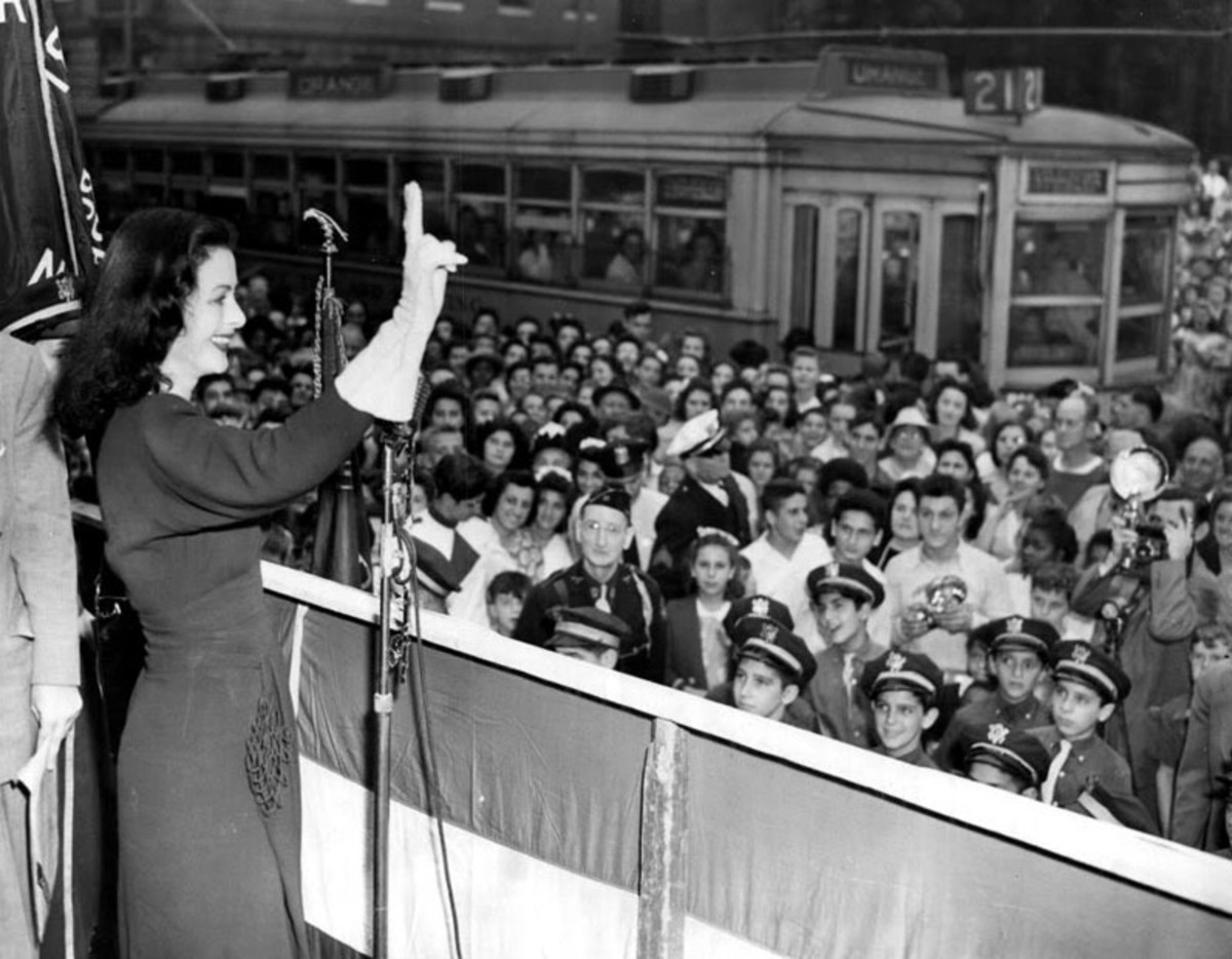 Hedy Lamar speaking to crows about war bonds