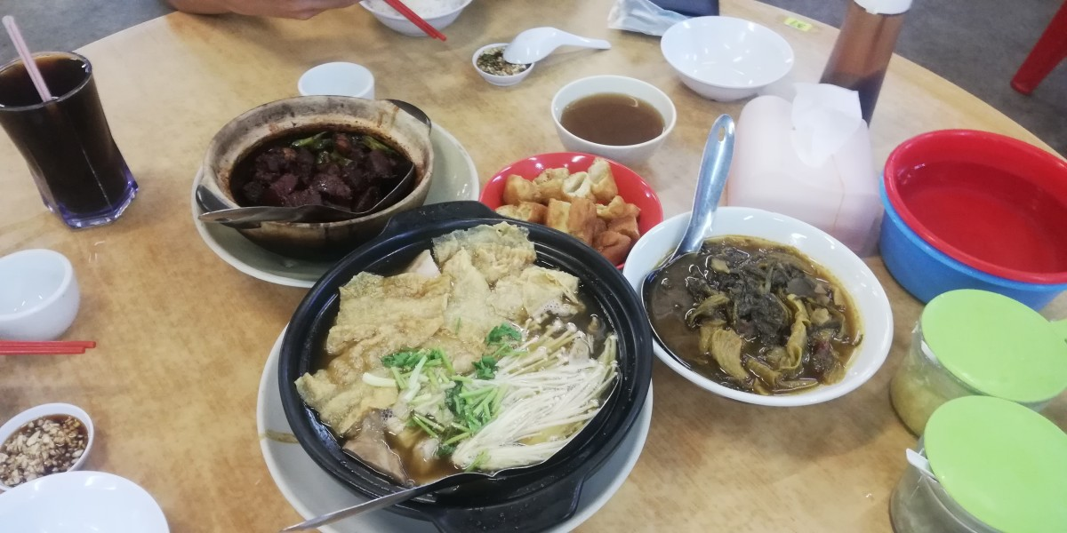 Bak Kut Teh served with some sides