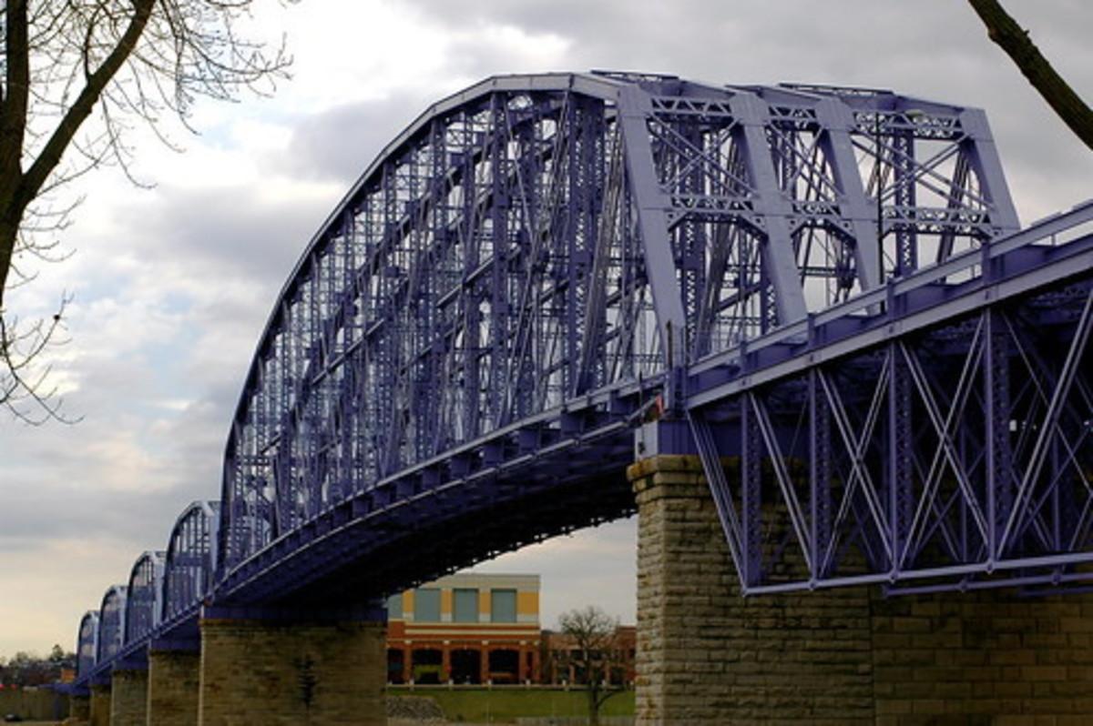 The Purple People Bridge connects Cincinnati with Covington, Kentucky.