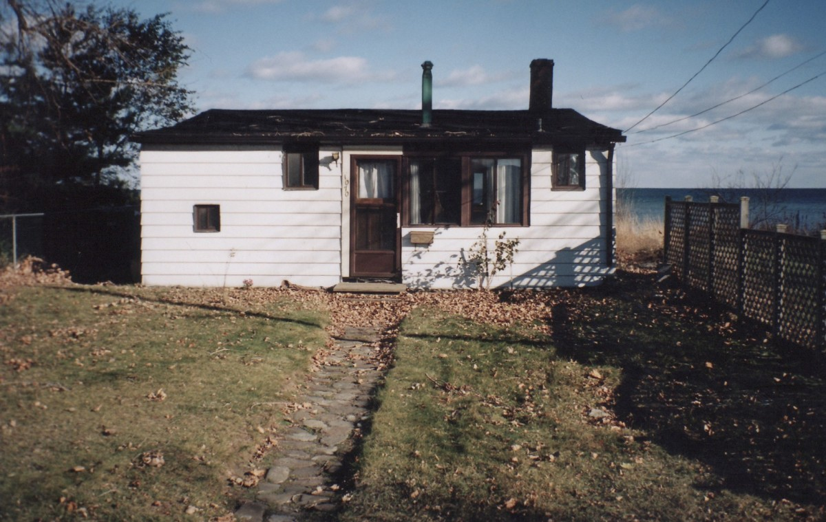 1070 Lakeshore Rd. This cottage was demolished in 1998.