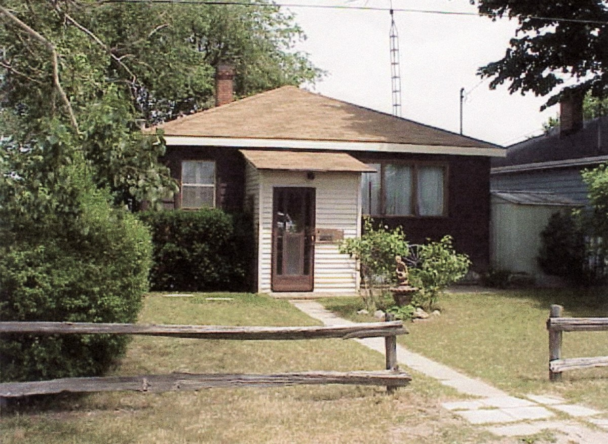 1098 Lakeshore Rd. This cottage was demolished in 2003.