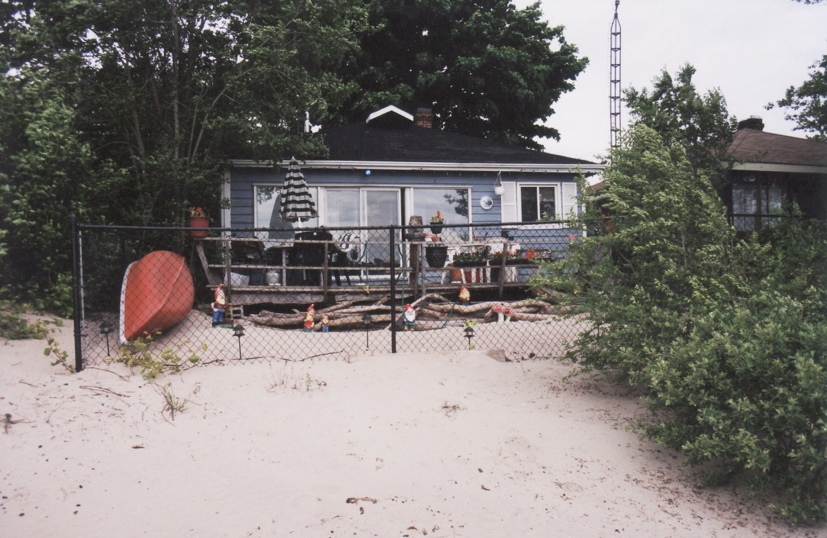 1096 Lakeshore Rd. showing the rear of the cottage. This cottage was demolished in 2003.