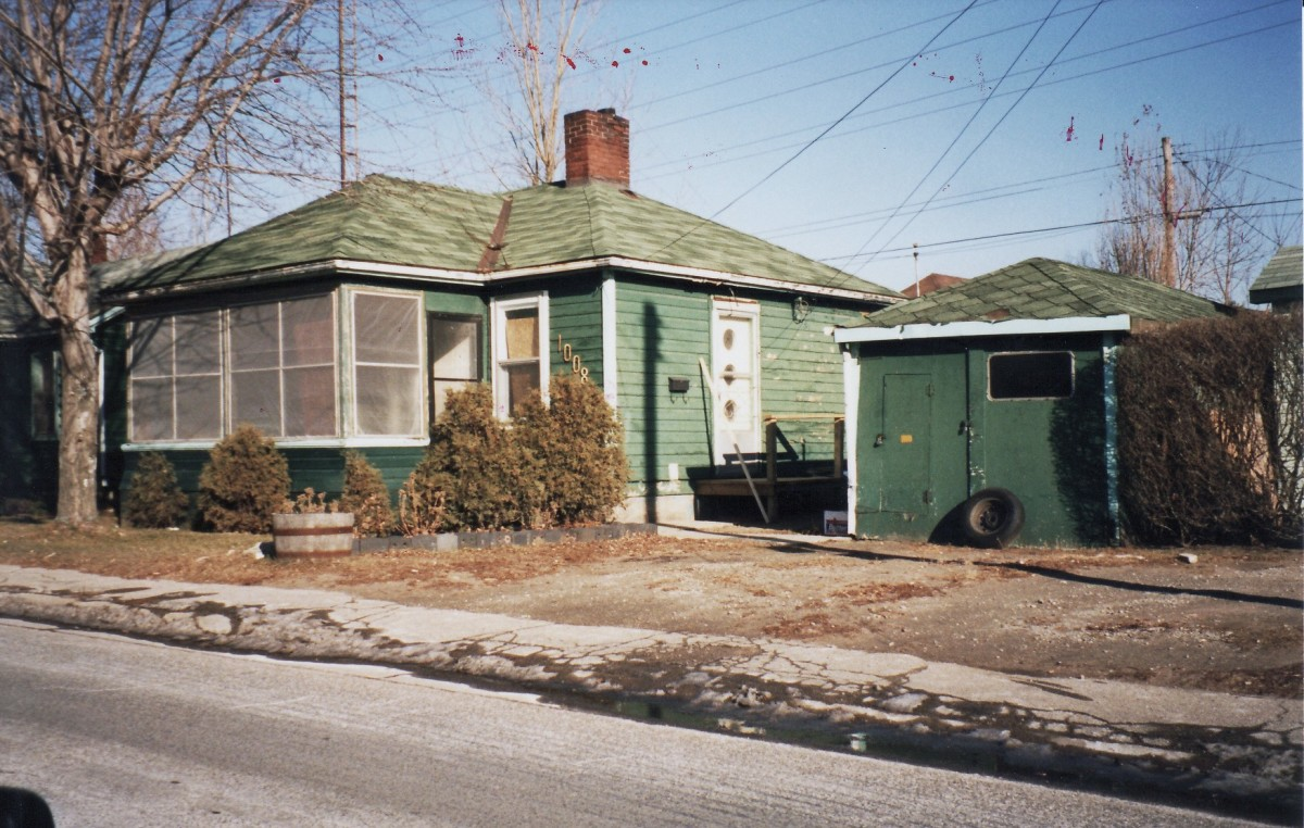 1008 Lakeshore Rd., one of six cottages owned by Mr. Terry. This cottage was demolished in 1989.