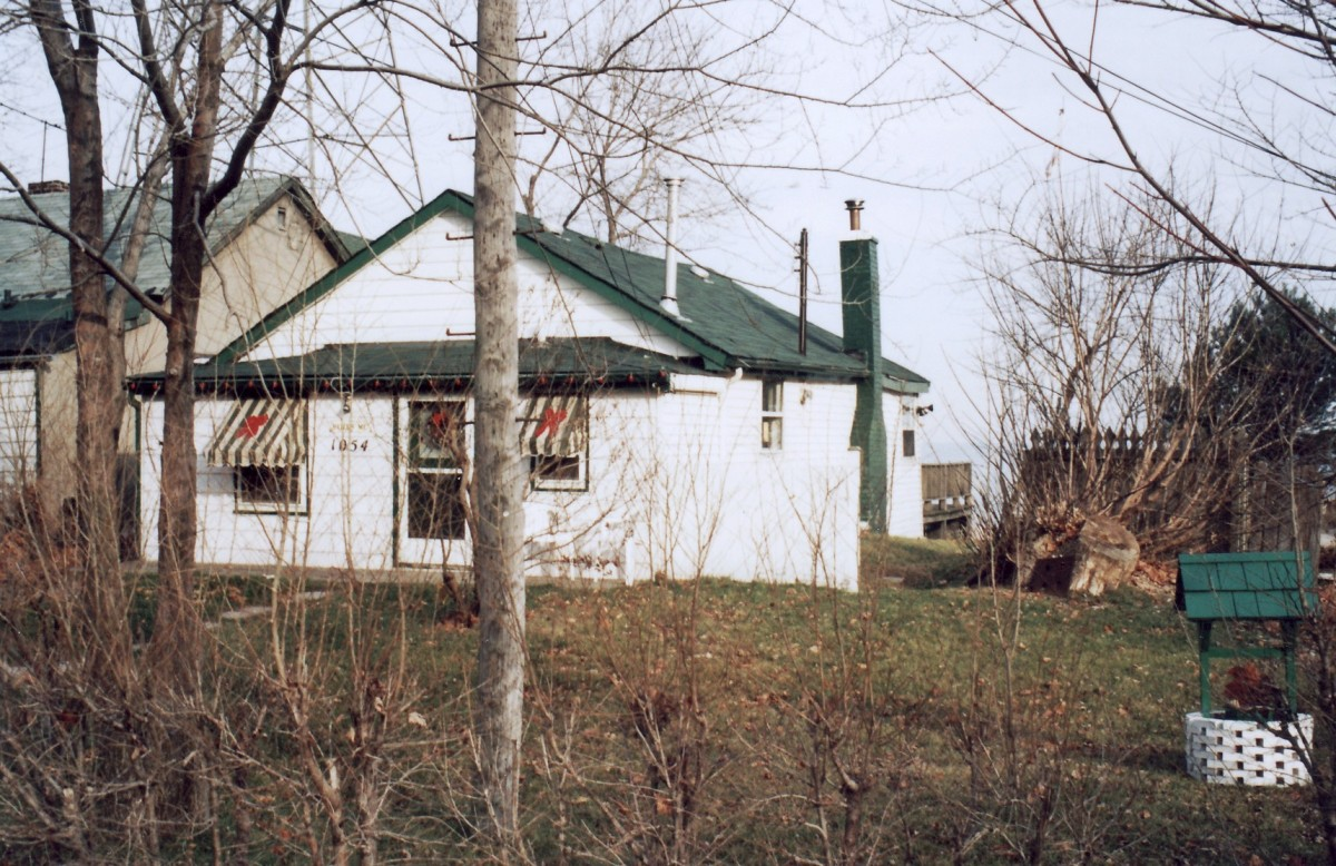 1054 Lakeshore Rd. This cottage was demolished in 1994.