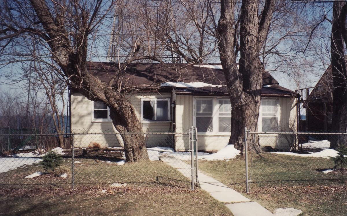 1140 Lakeshore Rd. This cottage was demolished in 1994.