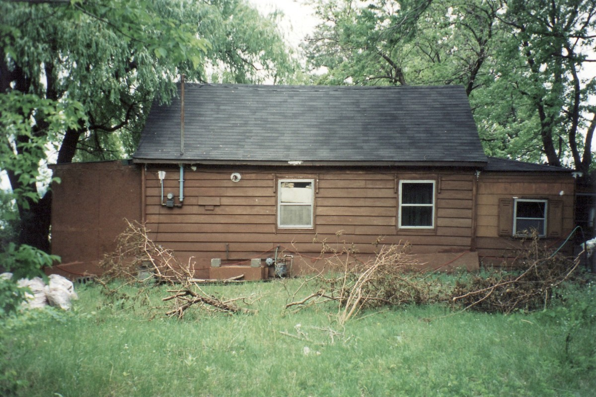 1184 Lakeshore Rd. This cottage was demolished in 2004.