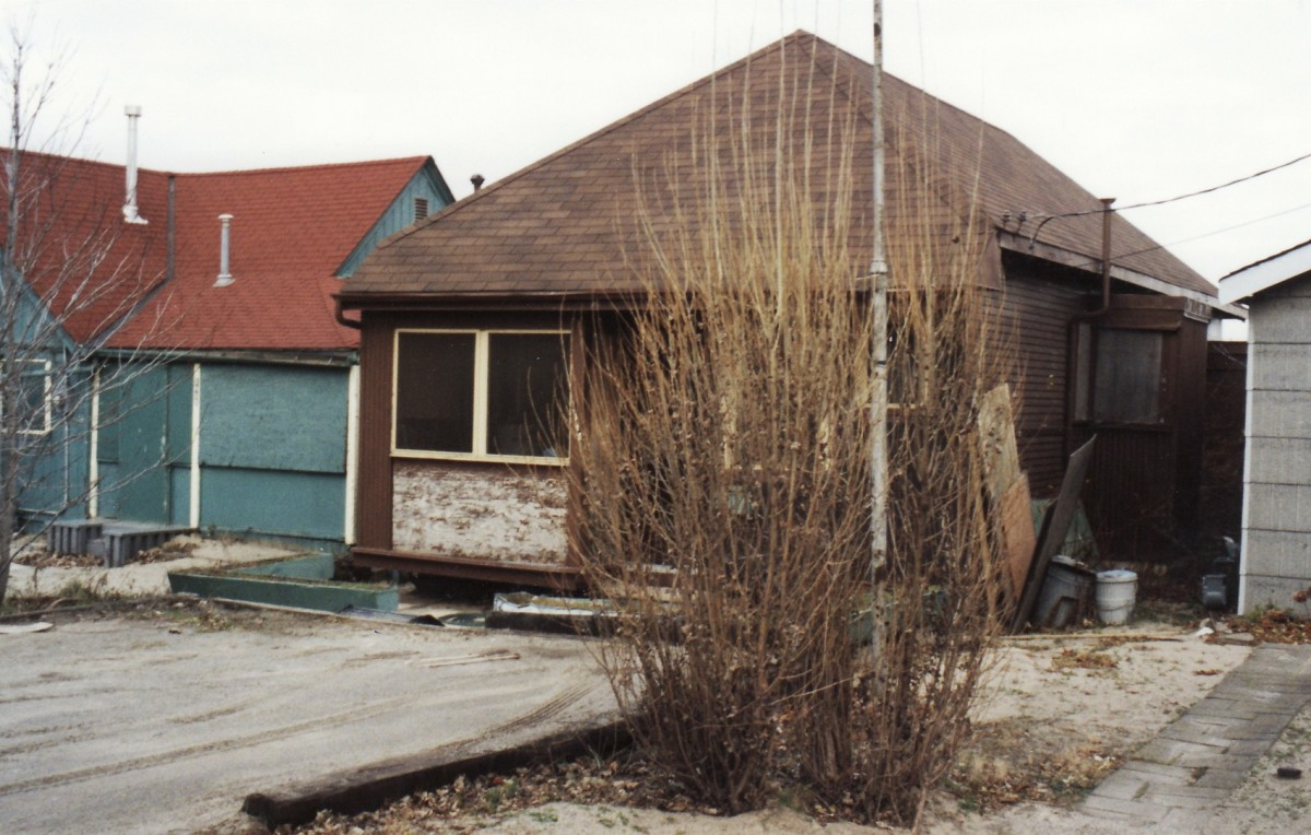 1014 Lakeshore Rd. This cottage was demolished in 1994. It was located behind the Terry cottages along the beach.