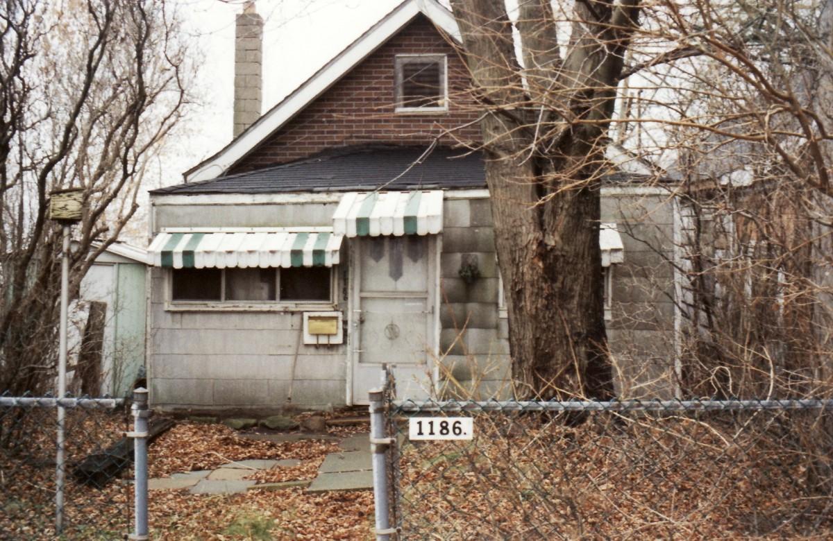 1186 Lakeshore Rd. This cottage was demolished in 1994.