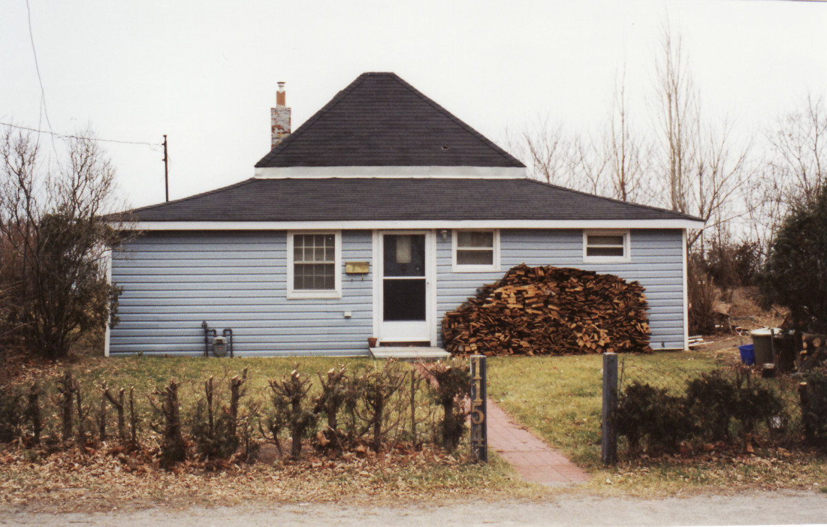 1154 Lakeshore Rd. This cottage was demolished in 1994.