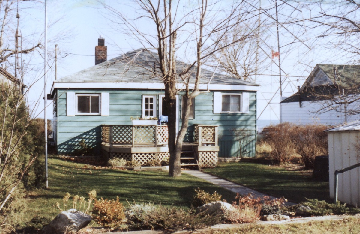 1064 Lakeshore Rd. This cottage was demolished in 1994.