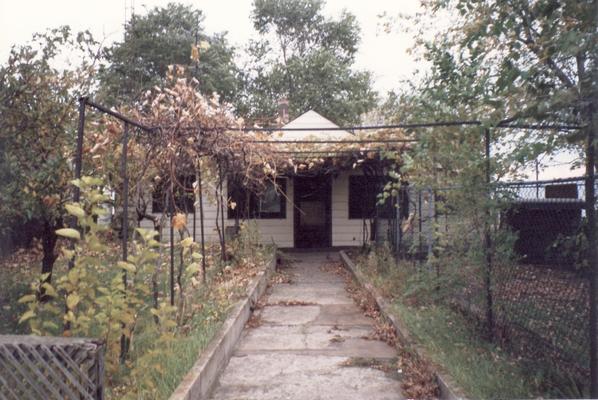 1130 Lakeshore Rd. This cottage was demolished in 1989.