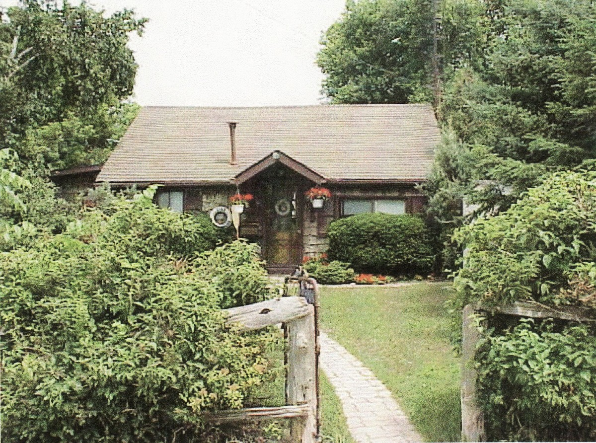 1148 Lakeshore Rd. This cottage was demolished in 2003.