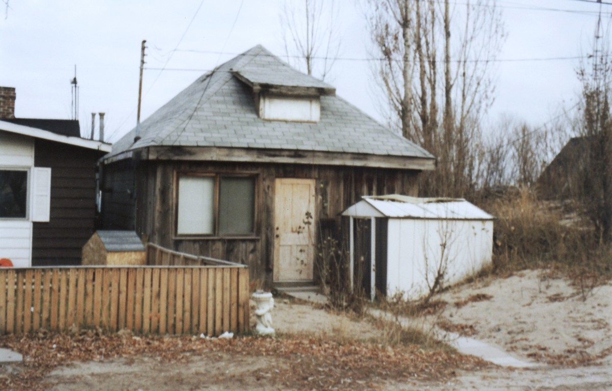 1030 Lakeshore Rd. This cottage was demolished in 1994.