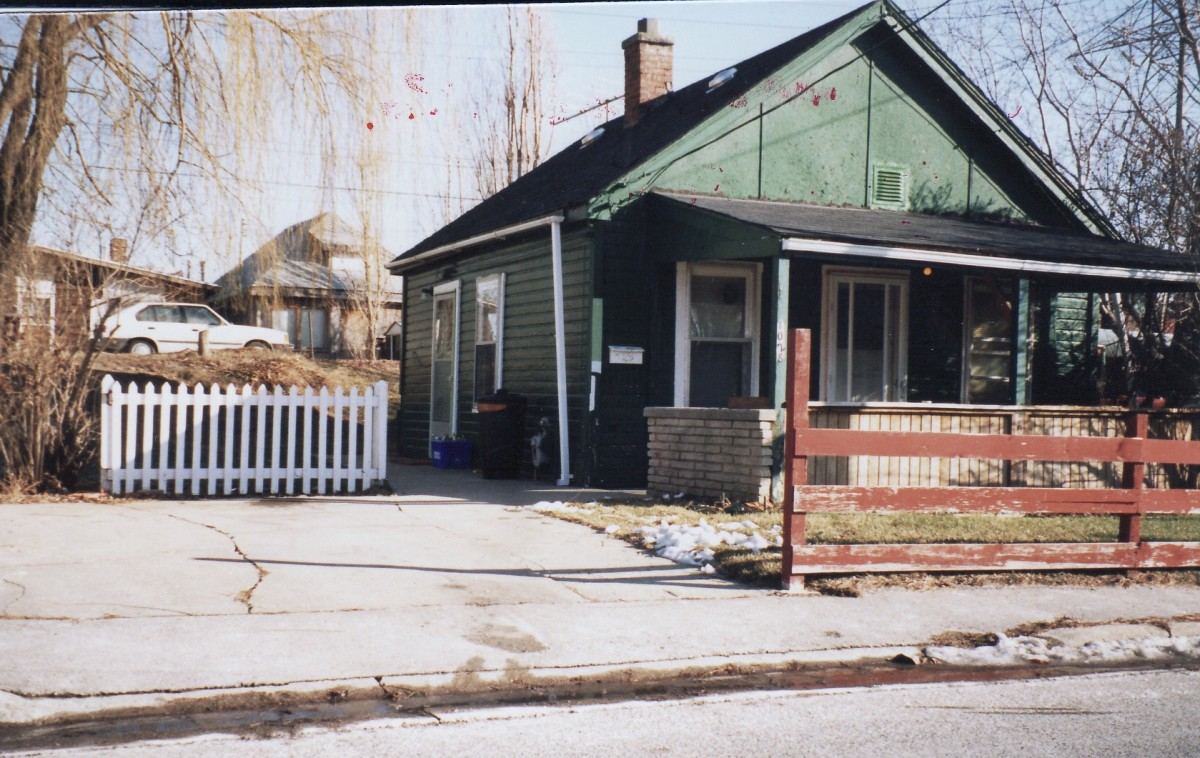 1028 Lakeshore Rd., one of six cottages owned by Mr. Terry. This cottage was demolished in 1989. Note the second row of cottages in background which are located along the beach.