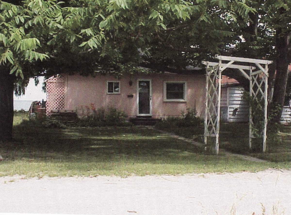 1106 Lakeshore Rd. This cottage was demolished in 2002.
