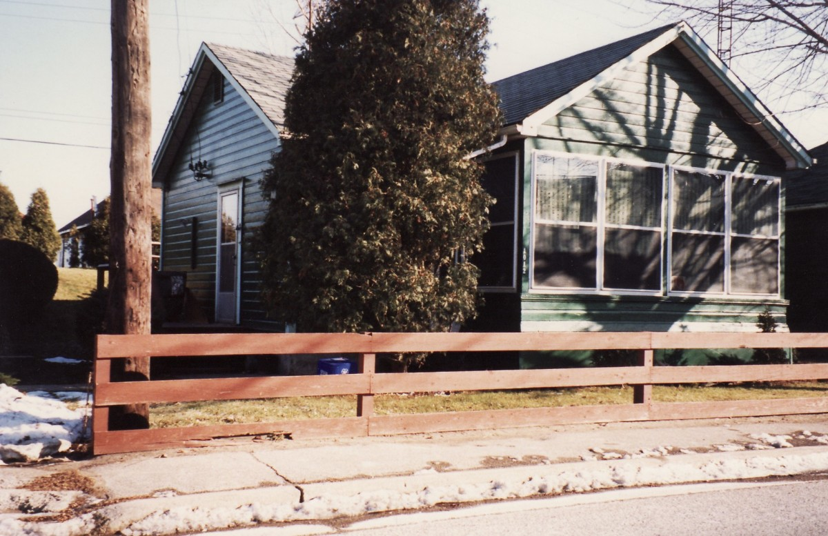1012 Lakeshore Rd., one of six cottages owned by Mr. Terry. This cottage was demolished in 1989.
