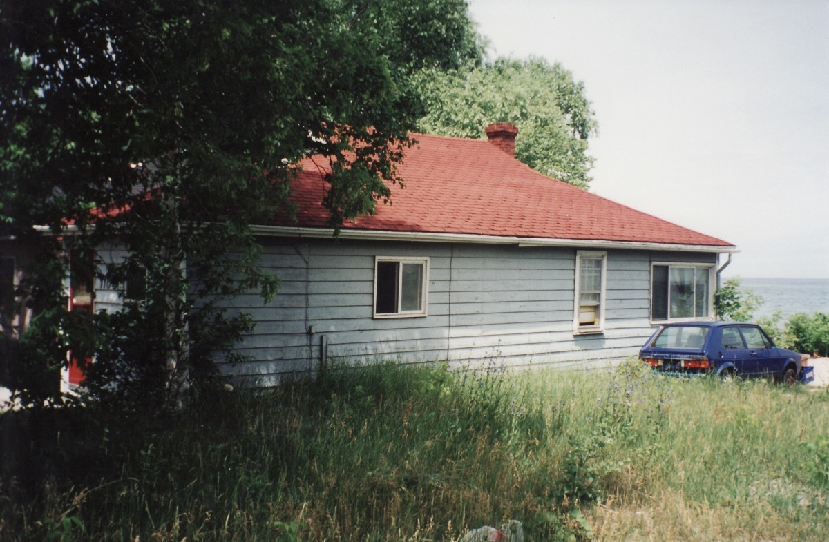 1104 Lakeshore Rd. showing the side of the cottage.  This cottage was demolished in 2002.