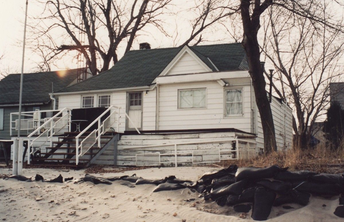 1060 Lakeshore Rd. showing the rear of the cottage. This cottage was demolished in 1994.