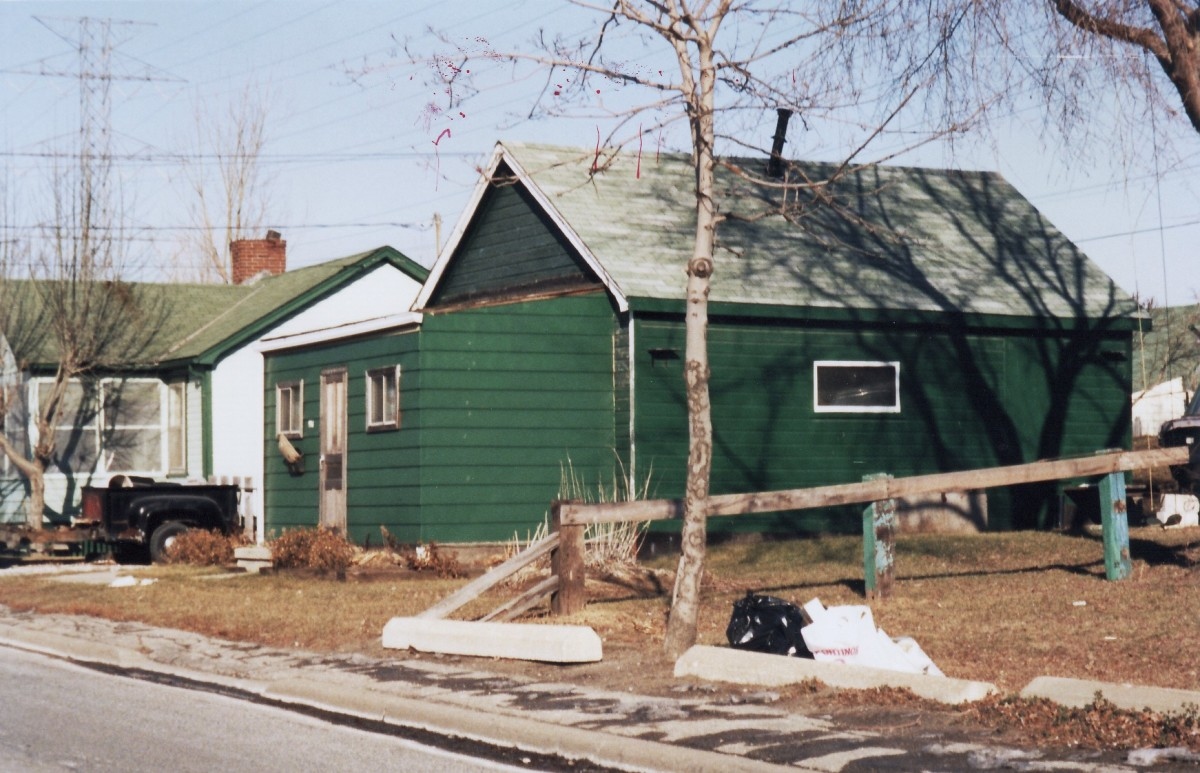 996 Lakeshore Rd., one of six cottages owned by Mr. Terry. This cottage was demolished in 1989. The six Terry cottages were located adjacent to Lakeshore Rd.