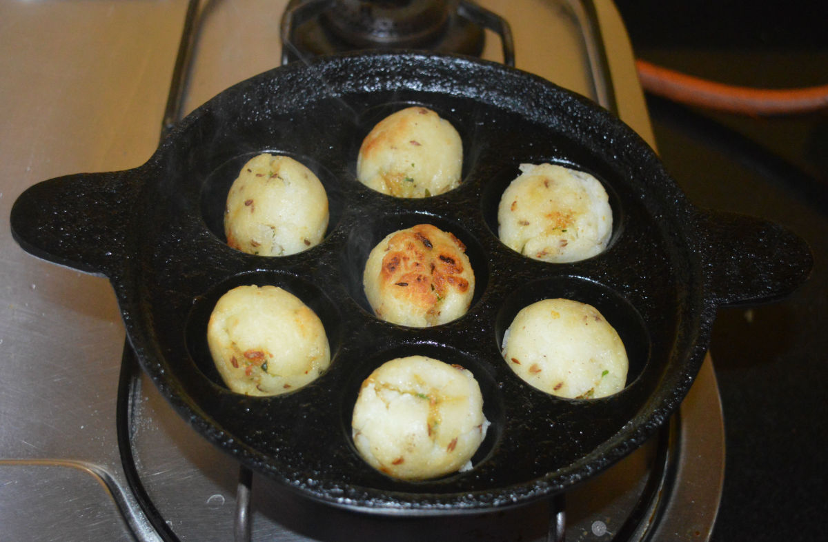 When the balls become golden brown on the outside, remove them with the help of a spoon and place them on a serving plate.