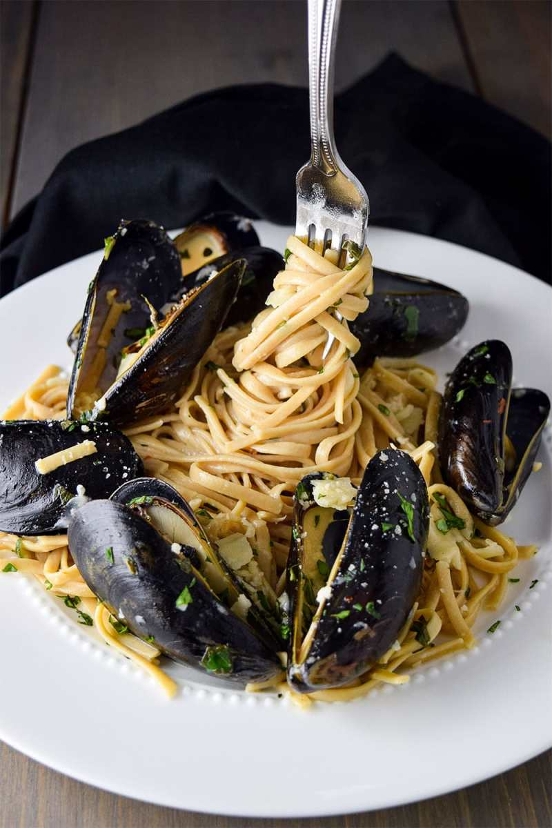 Mussels and linguine with garlic butter and white wine pasta sauce