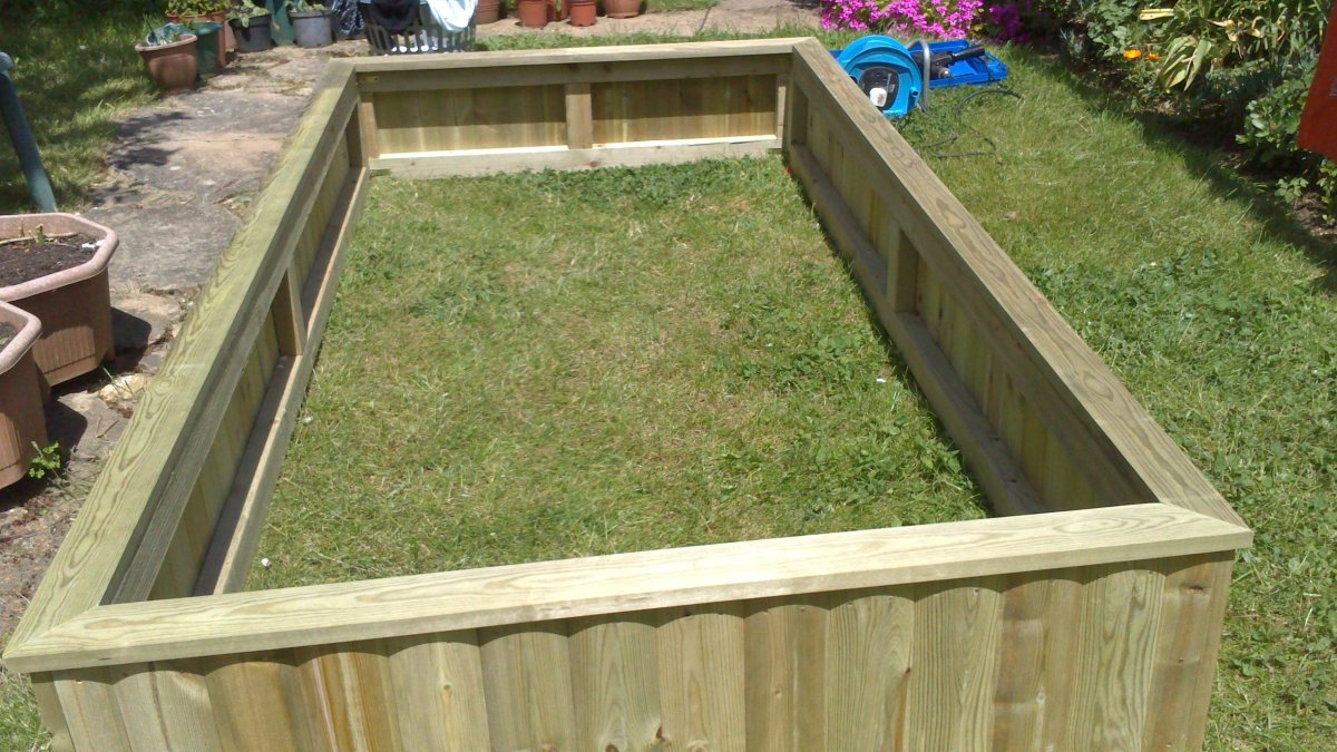 Here is the result, an assembled raised-bed for my plants to grow