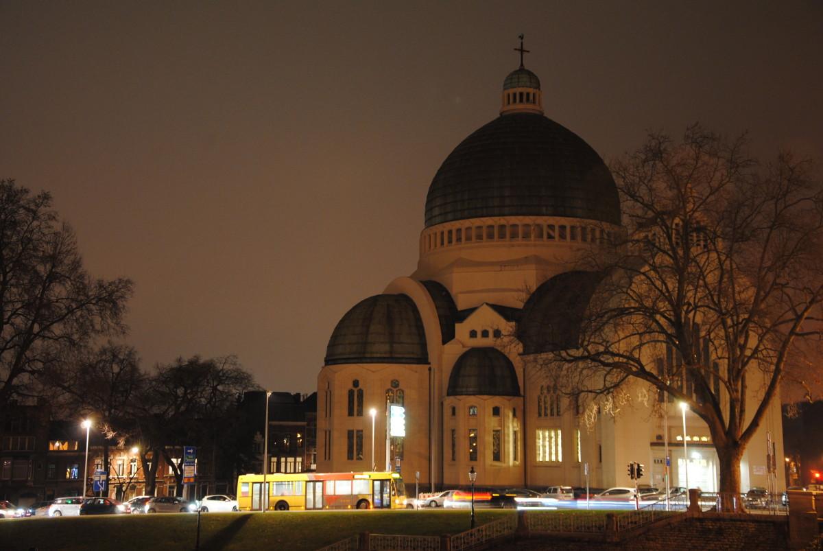 Nocturnal photo of the Église Saint-Vincent, Liège (Fétinne) Photo de nuit de l'Eglise Saint-Vincent à Liège (Fétinne).