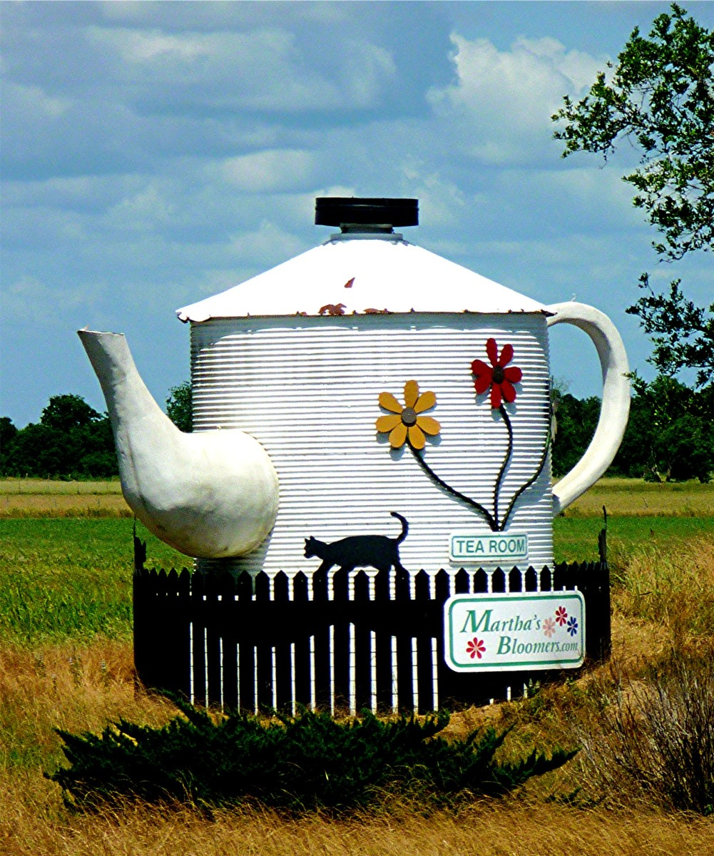"Supposedly ""The World's Largest Teapot"" at Martha's Bloomers / Navasota"