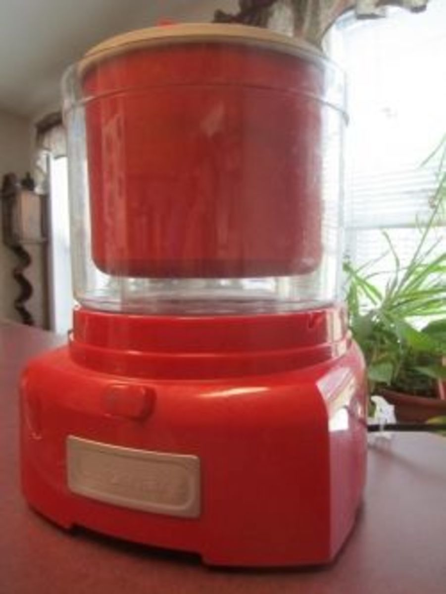 Red ice cream and sorbet maker