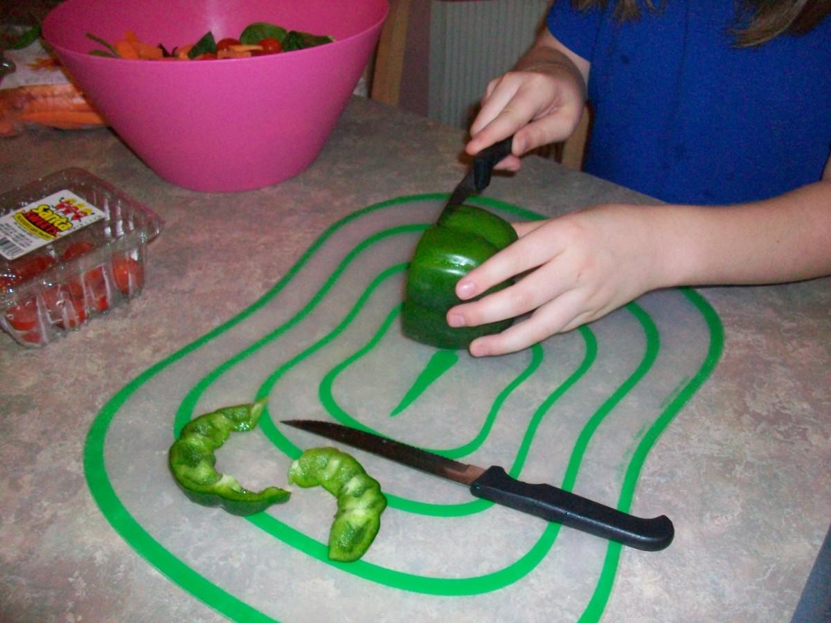 Slicing green pepper